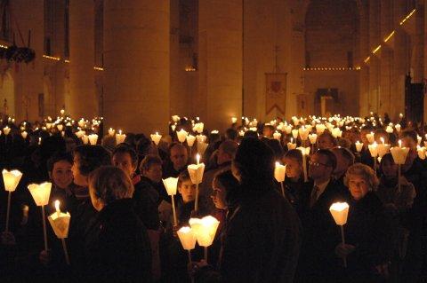 la_procession_aux_flambeaux_a_la_basilique_st_nicolas.jpeg